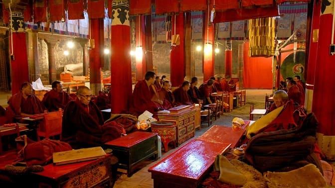 munjes budistas en tibet meditando