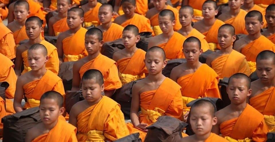 monjes practicando técnica de meditación